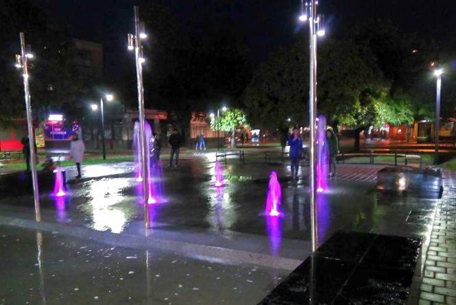 Біля залізничного вокзалу засвітився пішохідний фонтан. Коли він працюватиме