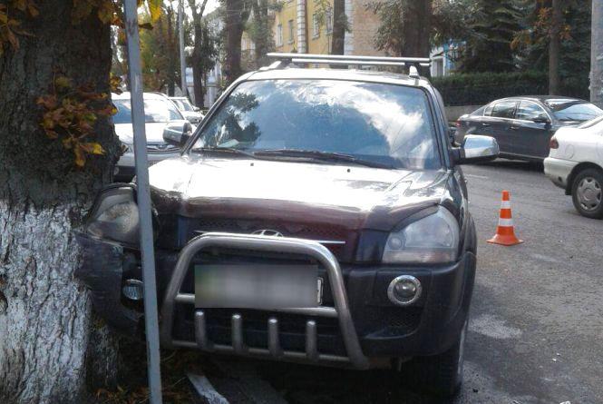 На Грушевського Hyundai в'їхав у дерево. Водію стало погано за кермом