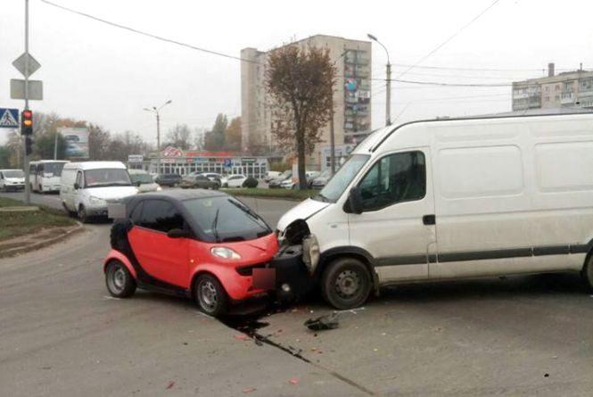 """На перехресті Трудовоїта Прибузької  """"Smart"""" зіткнувся з бусом: є постраждалий"""