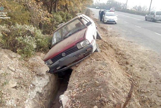 """У Хмельницькому  """"Volkswagen"""" злетів з дороги. Водій був п'яним"""