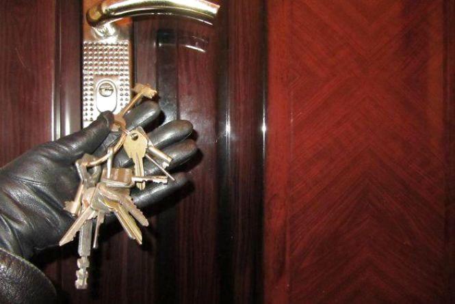 """Вкрали золото і гроші: по двох квартирах у Хмельницькому """"пройшлися"""" грабіжники"""