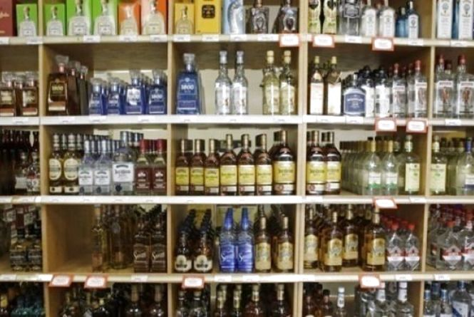 "На ринку ""Дубове"" незаконно продавали алкоголь та цигарки: товару вилучили на 170 тисяч гривень"