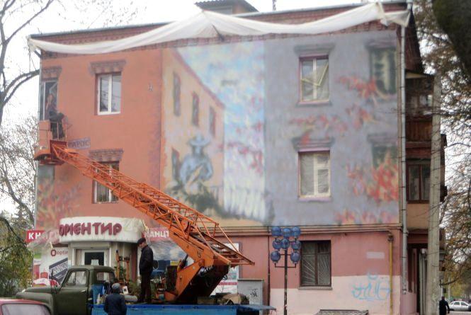 У Хмельницькому біля податкової малюють новий стріт-арт