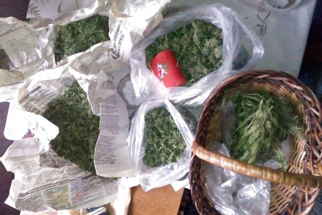 На Хмельниччині у 40-річного чоловіка знайшли півкілограмовий запас наркотичних засобів