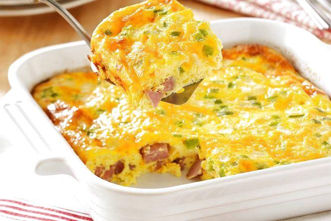 Смачний і швидкий сніданок: як приготувати омлет з овочами та шинкою у духовці