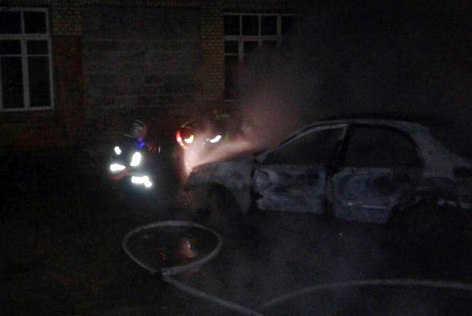 """На Хмельниччині автомобіль """"Daewоо Lanоs"""" охопило полум'ям"""
