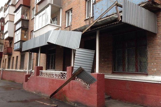 Наслідки негоди у Хмельницькому: повалені дерева і зірваний дах