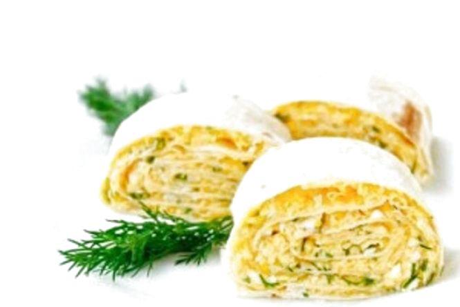 Поживний яєчний рулет з куркою, помідорами й лавашем: як приготувати смачний сніданок