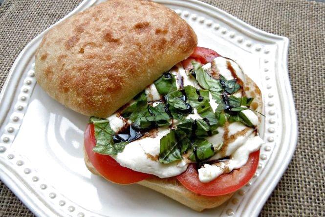 """Смачний і оригінальний сніданок: як приготувати сендвічі """"Капрезе"""""""