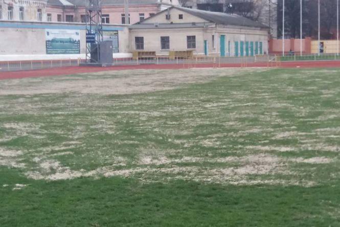 """Комунальники готують стадіон """"Поділля"""" до зими"""
