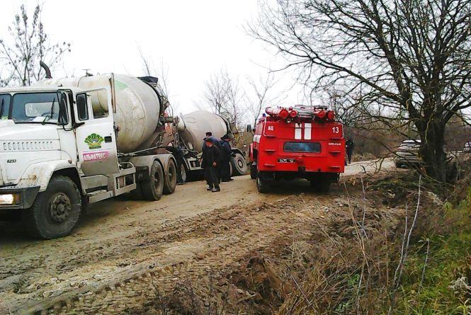 """Біля Ізяслава перекинувся """"КамАЗ"""" з бетоном та паралізував рух на дорозі"""