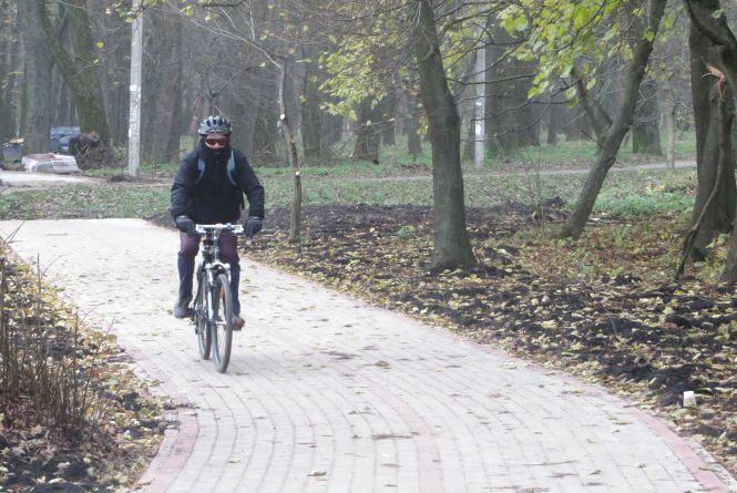 На новій велодоріжці у парку Чекмана вже катаються хмельничани (ФОТО)