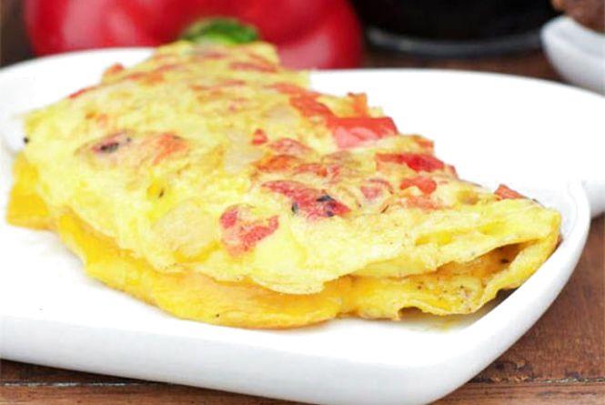 Смачний і швидкий сніданок: як приготувати омлет з перцем та сосисками