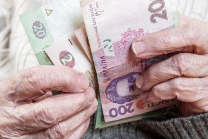 Низька зарплата, але великий стаж: уряд перегляне пенсії українців