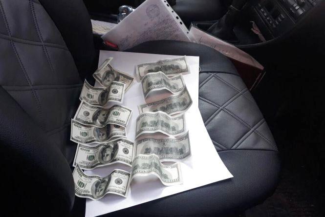 Заступниця голови ОТГ вимагала 1500 доларів у мешканки Хмельницького району