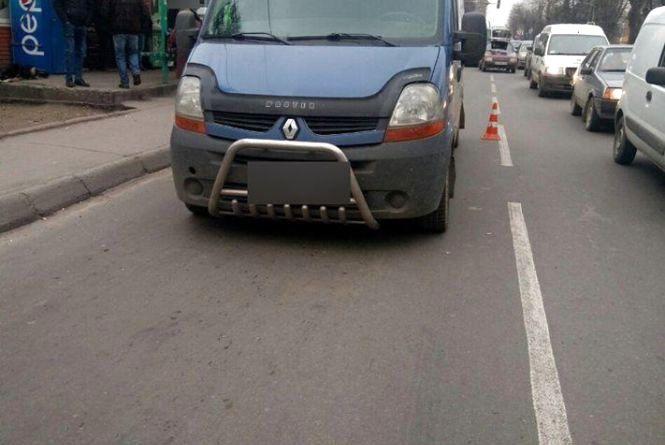 """На Кам'янецькій """"Renault"""" збив пішохода: йому знадобилася допомога медиків"""