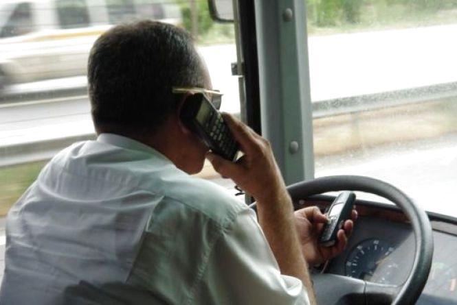 За розмови по телефону у Хмельницькому оштрафували 200 водіїв