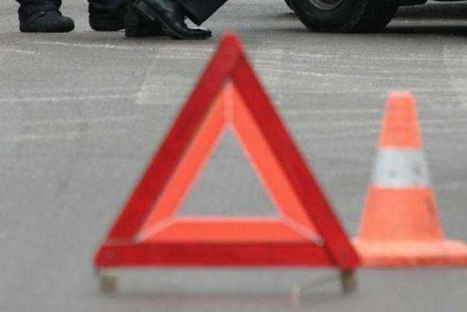 """У Кам'янець-Подільському районі """"Mercedes"""" збив пішохода.  53-річний чоловік помер на дорозі"""