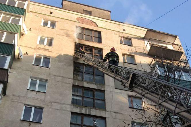 У Шепетівці спалахнуло полум'я в житловому дев'ятиповерховому будинку