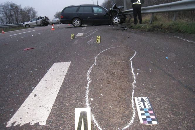 """На Рівненщині """"Mercedes"""" втаранився в припарковану автівку. Постраждала сім'я із Славути"""