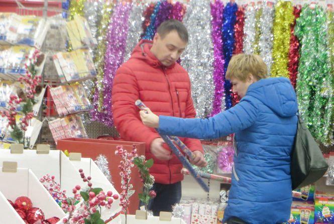 Прилавки хмельницьких супермаркетів рясніють новорічними прикрасами. Що і за скільки продають