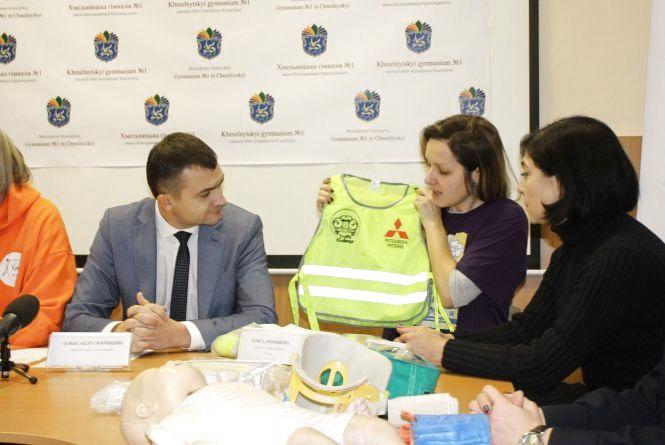 Щоб водії бачили: 600 учнів Хмельницького одягнуть у світловідбивні жилети