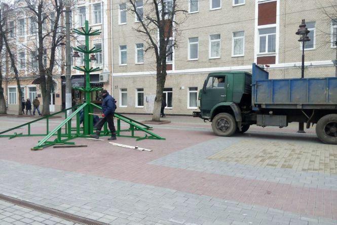 Фото дня: на Проскурівській встановлюють головну ялинку міста