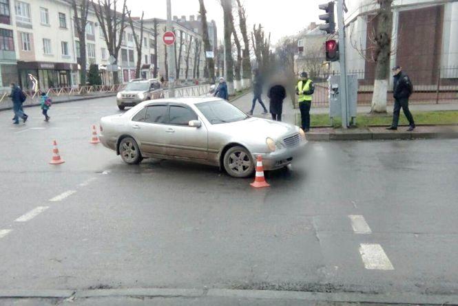 """""""Mercedes"""" збив пішохода на перехресті вулиць Грушевського та Володимирської"""
