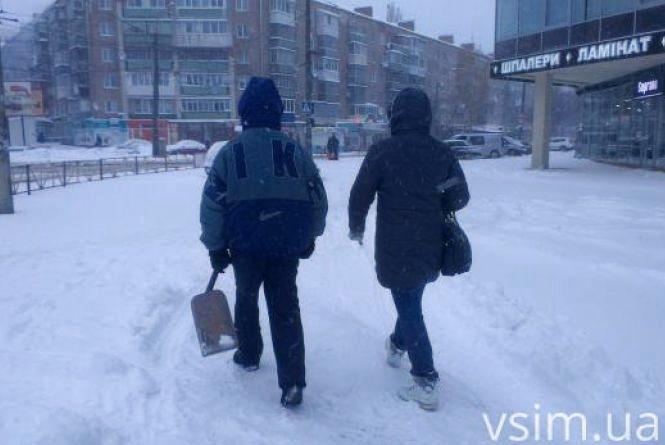 Питання-відповідь. Куди дзвонити хмельничанам, щоб прибрали сніг з подвір'я або вулиці