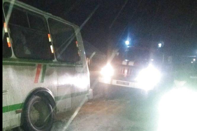 Наслідки негоди на Хмельниччині: рейсовий автобус з пасажирами злетів в кювет