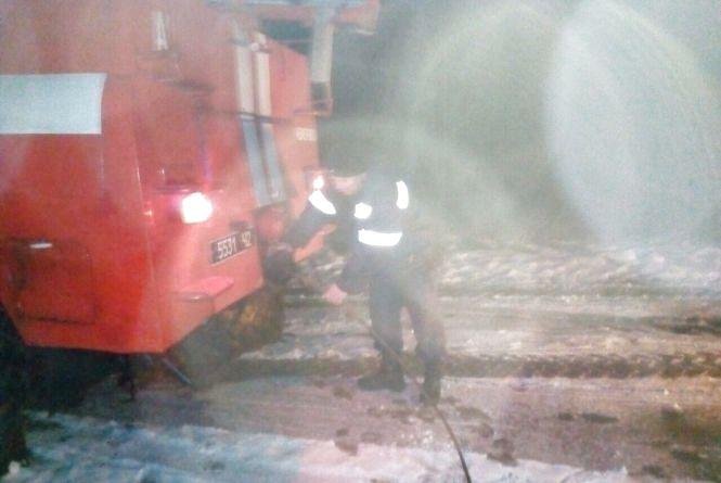 У Чемеровецькому районі вантажівка злетіла у кювет. Авто діставали рятівники