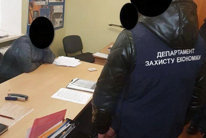 """У кабінеті та з грошима в руках: працівник Кам'янець-Подільської райдержадміністрації """"погорів"""" на хабарі"""