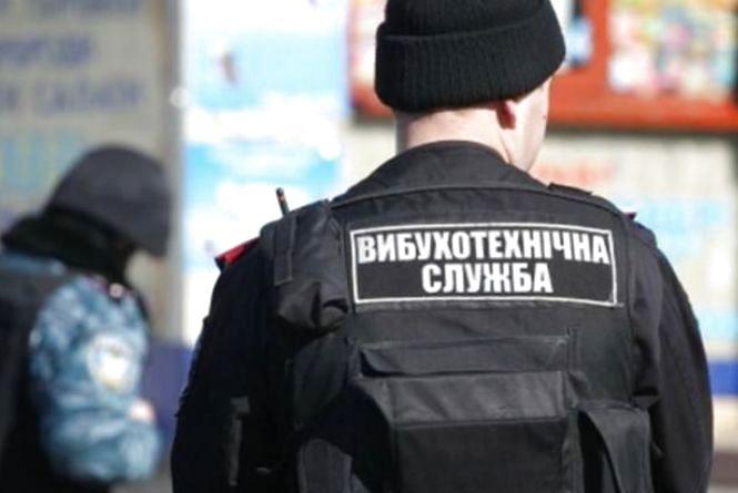 """Два """"замінування"""" у Хмельницькому: на Толкучці та у школі шукають вибухівку"""