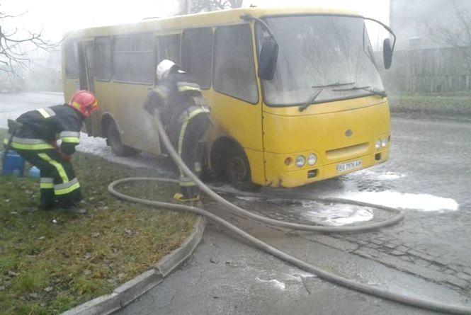"""У Кам'янці посеред дороги спалахнув мікроавтобус """"BOHDAN"""""""