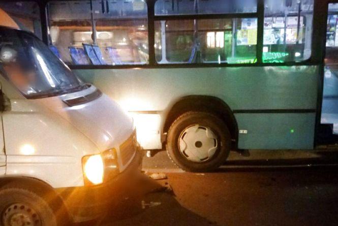 Кам'янецька у заторах через ДТП:  не розминулися міські маршрутка і автобус