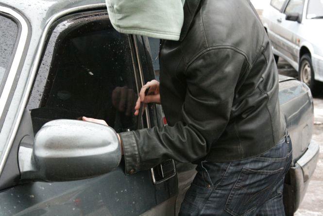 """Грабіжники просто біля під'їзду обчислити """"ГАЗ"""" і два автомобілі """"ВАЗ"""" в Хмельницькому"""