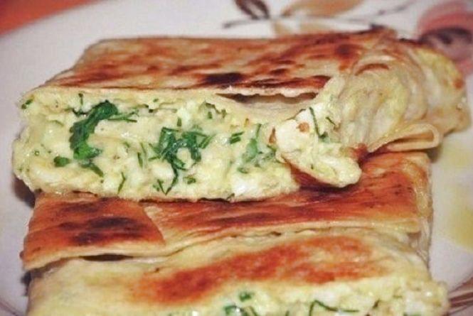 Смачний і швидкий сніданок: як приготувати лаваш з сиром на сковороді