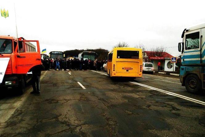 Під Хмельницьким перекрили дорогу - на протест вийшли аграрії