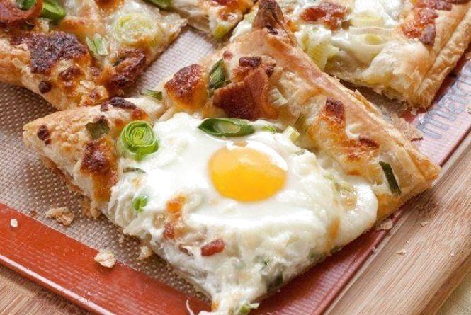 Ситний та швидкий сніданок: як приготувати яєчню на листковому тісті
