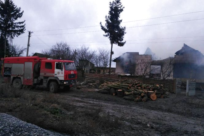 У Старокостянтинівському районі горів будинок. Вогонь гасили 15 пожежників на 4 машинах