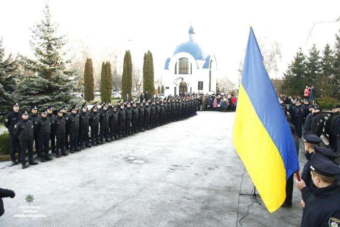 46 чоловіків та 6 жінок: у Хмельницькому нові поліцейські склали присягу