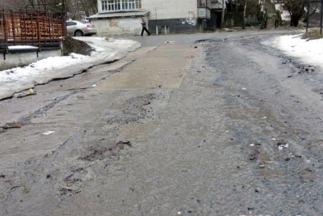 """""""Куди не пройдеш - болото"""": хмельничанин Віталій просить """"європейського"""" прибирання на дорогах міста"""