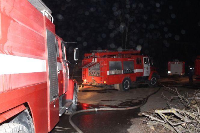 13 рятувальників на 4 машинах гасили пожежу на вулиці Глушенкова