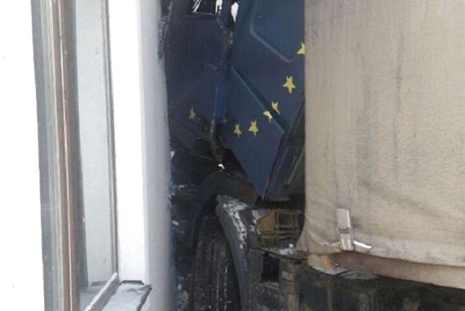На Купріна вантажівка влетіла в будинок
