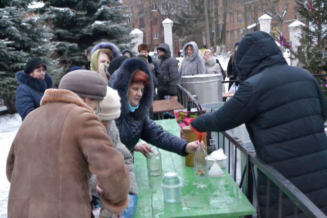 Хмельничани вишикувалися в чергу за освяченою водою біля собору