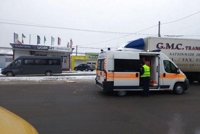 На Львівському шосе вантажівка збила чоловіка. Його забрала швидка