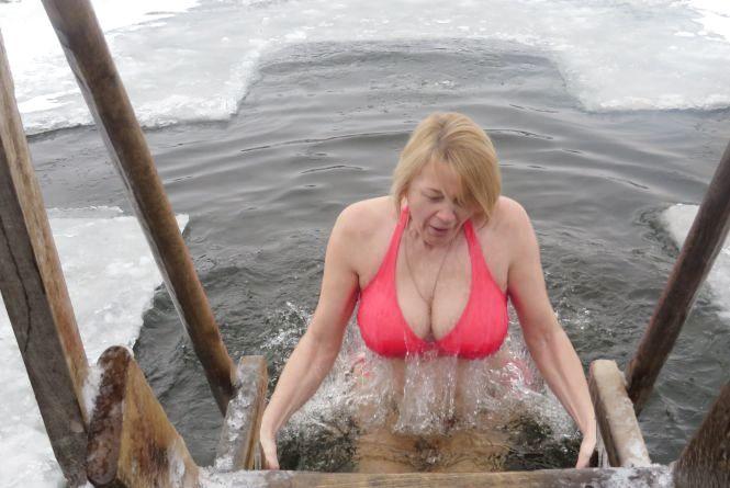 Мокрі, голі і веселі: як хмельничани стрибали в ополонку (ФОТО)