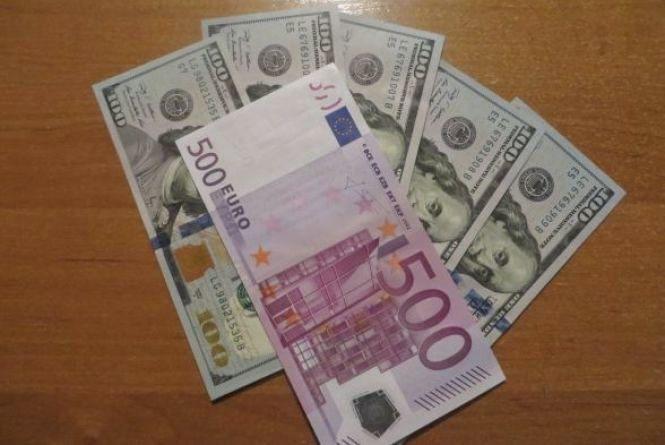 За скільки купують і продають валюту 20 січня