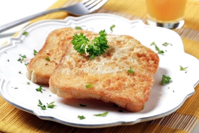 Смачний та швидкий сніданок: готуємо грінки з яйцем та сиром