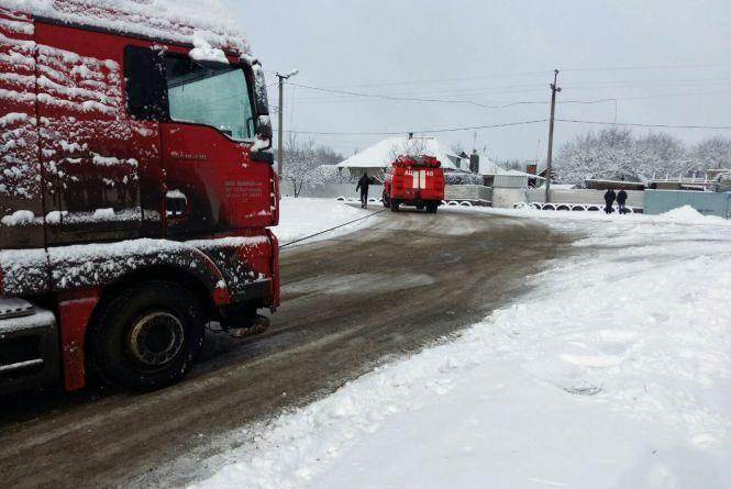 Дороги засипає снігом: яка ситуація з рухом транспорту на Хмельниччині